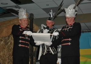 Prins Frans Smit wordt bij het voorlezen van de proclamatie bijgestaan door zijn adjudanten Peter van Grol en Gerard Nas.